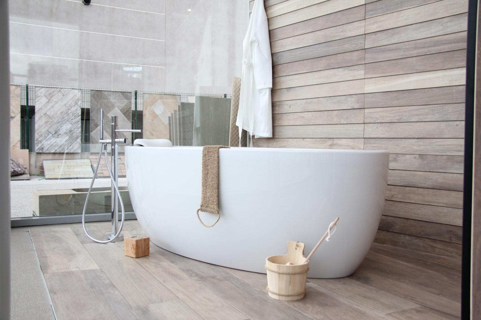 Salle de bain avec carrelage gris au sol: comment amenager une ...